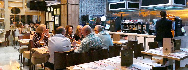Personas comiendo en Pizzeria Desi